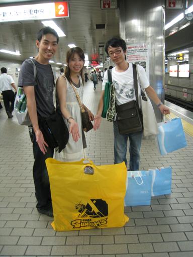 大阪的東西都買了,先趕回神戶