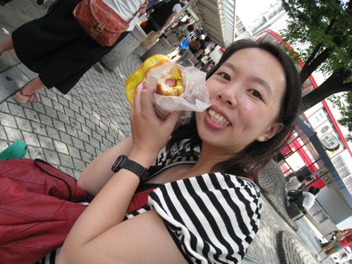 終於回到神戶三宮車站,坐下來吃麵包