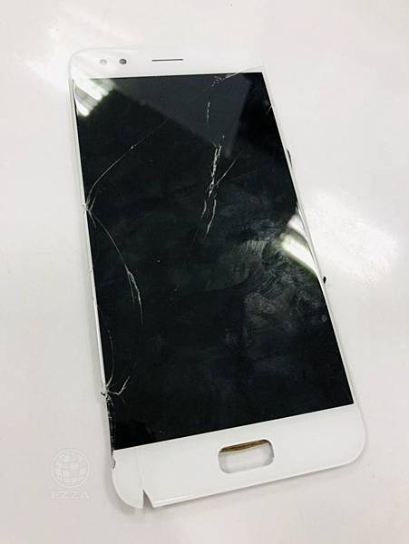 ASUS ZenFone 4面板破裂