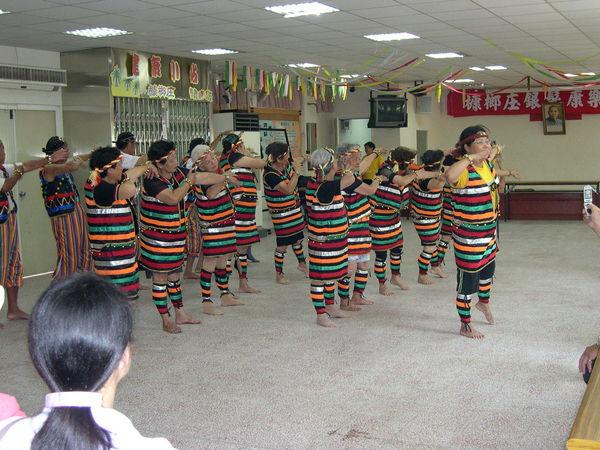 社區媽媽表演原住民舞蹈