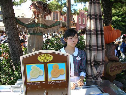 在樂園裡賣米奇冰棒的店員
