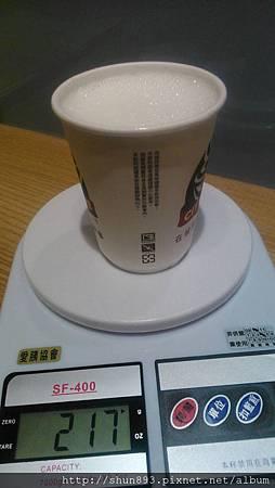 中熱拿鐵的牛奶量