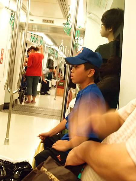 這孩子坐姿超正!從橋頭坐到快小港,真是辛苦他了!