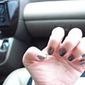 今天塗上鐵灰色指甲油,是Paul & Joe,我很愛