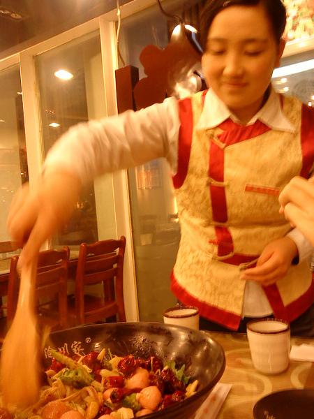 沒有熱湯的麻辣鍋,食用前需拌炒