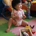 玩玩具也要坐的很豪邁