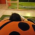在IKEA玩充氣瓢蟲~玩到趴在瓢蟲身上休息~