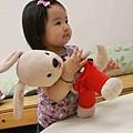 好愛抱著這隻豆豆玩偶