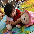 寶寶熊~我幫妳戴帽帽一起出去玩好嗎?