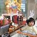 第一次看到櫥窗中充滿濃濃耶誕味的裝飾,小安安好奇極了~