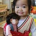 我背著娃娃就像媽媽背著我一樣