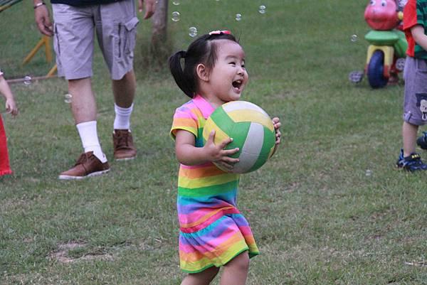 好愛玩球球呦!