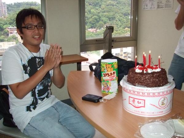 胖壽星本人跟蛋糕