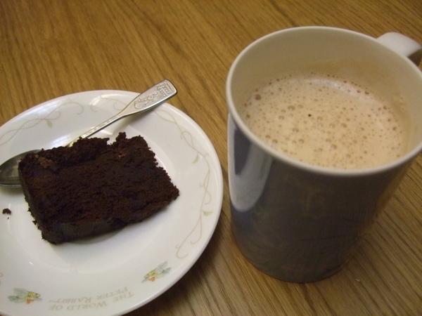 香濃的熱奶茶跟巧克力蛋糕