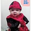 試穿哥哥的周歲服