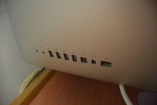 背面插槽 (耳機孔、usb孔、firewire、網路線孔)