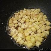 蘋果丁加酒和糖熬煮