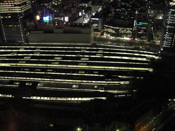 下面是東京駅~ 好大座車站喔~總共有八線道耶~