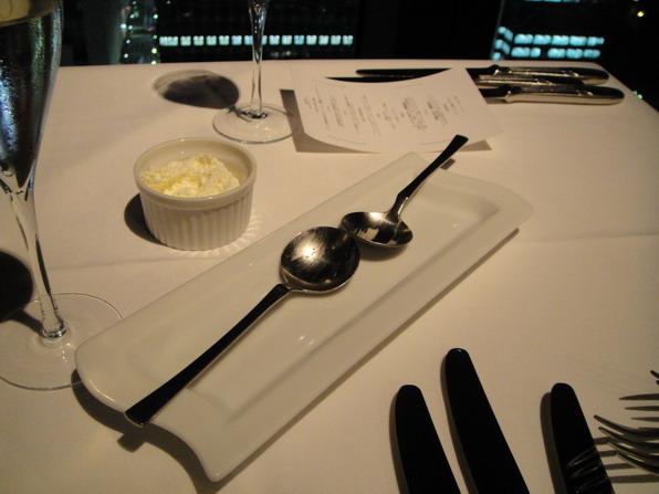 隨著上來的是菜單裡沒有寫的餐前菜~ 算是Service的吧~ 吃完才想到要拍,所以只剩下湯匙了..