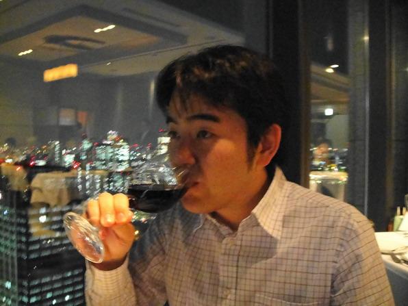 香檳喝玩了,服務經理嗎上遞上酒單,Hiro選了Fruity口感的紅酒,我喝了一口 ~~真的很fruity....l好喝~酒痕久久都不下去...