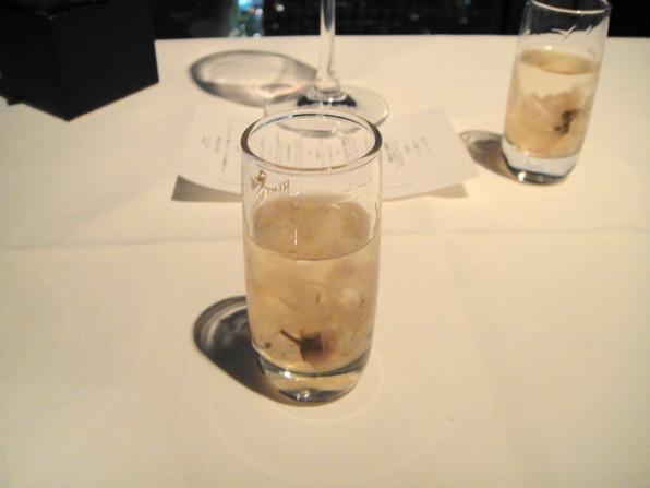 這個是Hiro在網路上訂位時附贈的service 餐前櫻花酒(裡面真的有櫻花耶) 但是服務人員忘了~最後才上.....