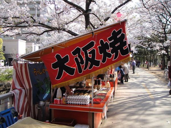 我最喜歡的就是看看賣吃的屋台在賣些啥好料~ 這是大阪燒~