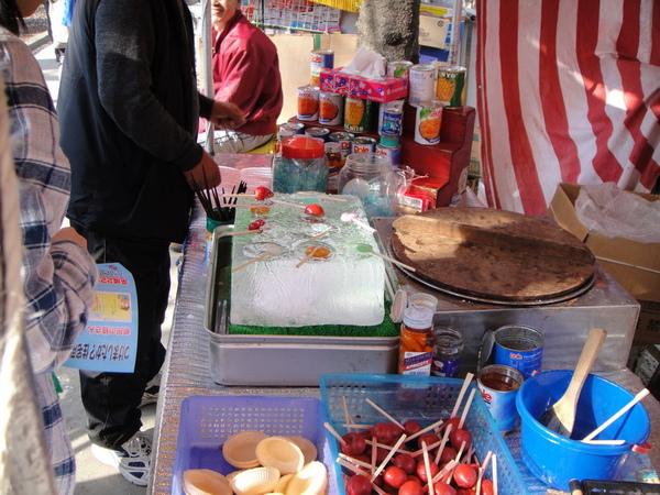 這是日本才有的吧~ 在台灣沒看過,有點像糖葫蘆的樣子~