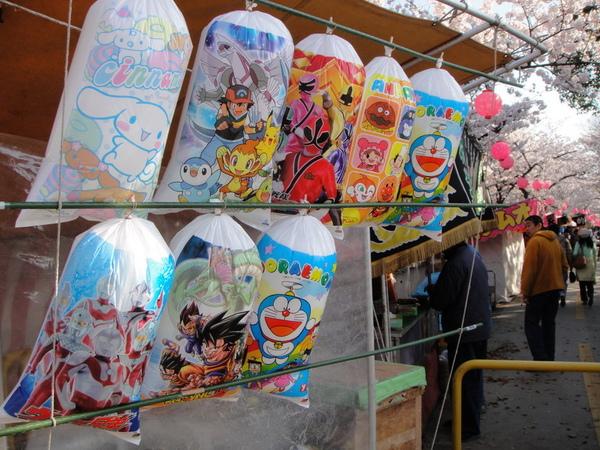 棉花糖~日本的棉花糖都會用可愛的包裝吸引小朋友,但一個都好貴喔~是貴在那個塑膠袋吧!