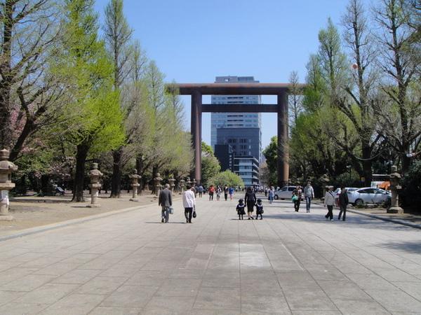 靖國神社的鳥居~ (第一次看到這麼大一座鳥居,有點被它大大的模樣小小震驚了一下:P