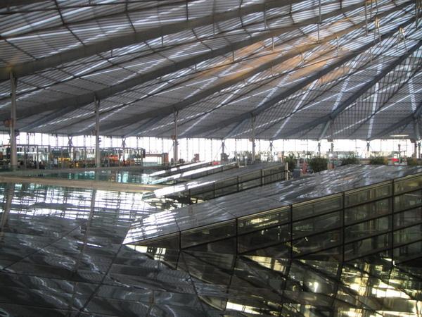 巨大的玻璃天頂,像個飛碟一樣,很漂亮,只可惜......