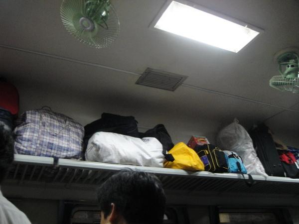 座位上的架子全放滿了行李