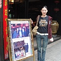 門口也放了Tom和劇組人員在餐廳前拍的合照~