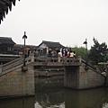 好古代的橋喔~ 感覺好像到了拍古裝連續劇的場景了~