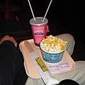 原來在日本看電影買爆米花還有托盤喔~