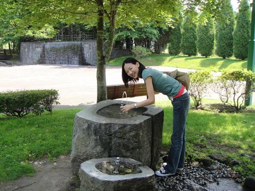 每天都有很多人來這裡取水,以前我也做過~
