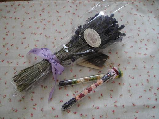 還在機場內的富良野TOMIDA商店買回了薰衣草花束和小物~