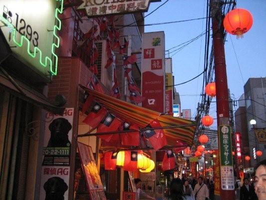 看到一家台灣餐廳,外面掛滿了國旗.jpg