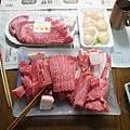 今天吃燒肉~~ 一邊把肥滋滋的國產牛拿出來一邊嚥口水.....
