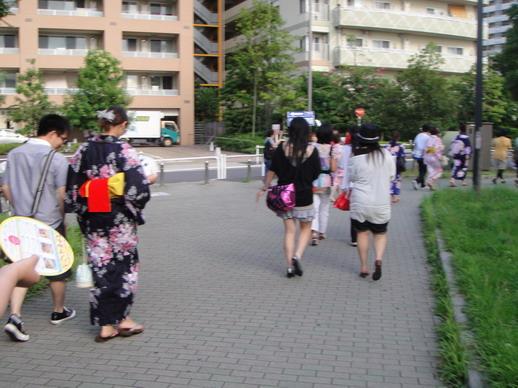 """一路上看到好多日本妹妹穿著浴衣拖著木屐""""咔咔咔""""的走在路上"""