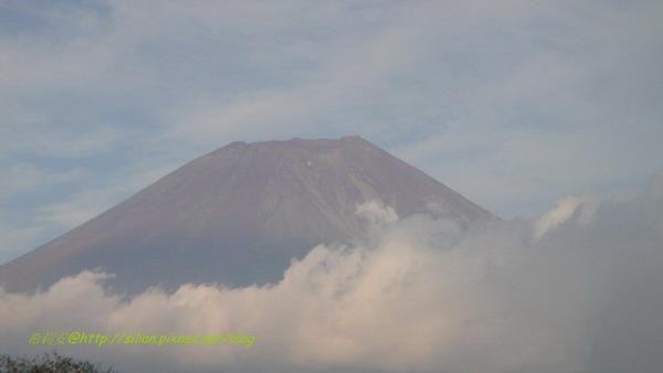 原來沒戴白帽的富士山頂是紅通通的啊~