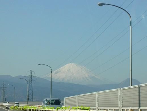 在高速公路上拍的富士山
