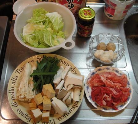 材料準備好了~ 白菜、杏鮑菇、金針菇、油豆腐、韭菜、花枝丸、貢丸、豬牛肉。很豐富吧~