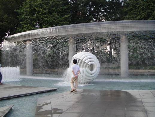和田倉噴水公園,走斤都會被水汽噴到~ 我站遠遠的~