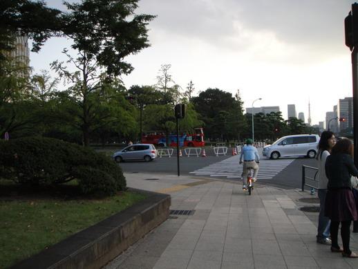 對岸剛好駛來一輛東京觀光雙層巴士