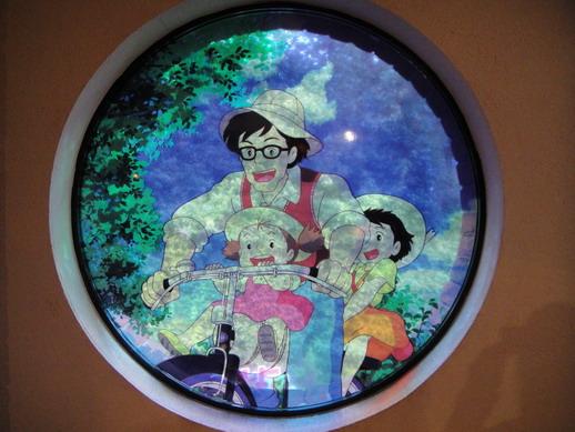 往二樓TOTORO區囉~ 窗戶設計成TOTORO的故事彩繪玻璃