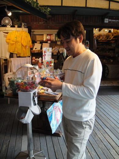 Hiro好奇的投了一個泰迪熊轉蛋