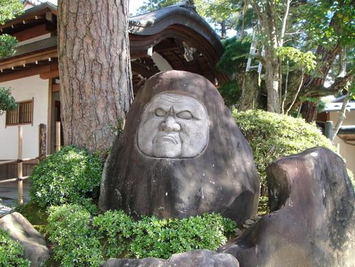 不曉得這尊長像嚴肅的大石像是什麼呢?