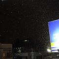 七點多到陽台一看,真的下雪了耶~