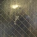 雪愈下愈大,打到窗戶上的雪花好大一團喔~