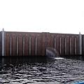水門~ 好神奇喔~ 水匣外面是馬路耶~